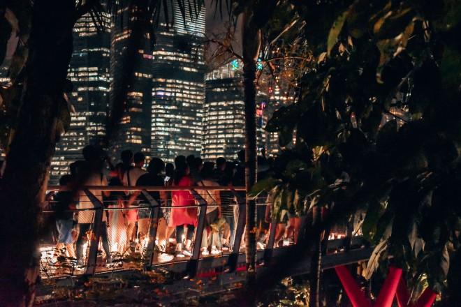 Tłumy ludzi po pokazie w Gardens by the Bay