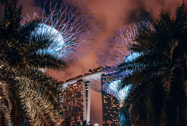 Nocny widok na hotel Marina Bay Sands
